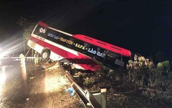 Tin tai nạn giao thông mới nhất ngày 22/3/2020: Xe khách giường nằm suýt lao xuống vực - Ảnh 1