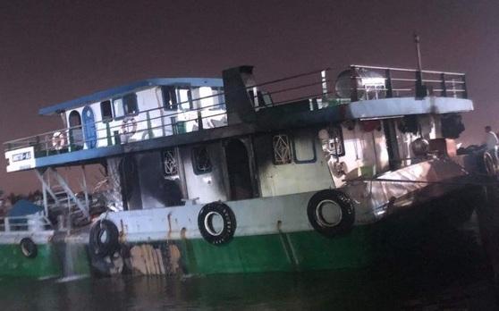 Đồng Nai: Tàu chở xăng 1.000 tấn bốc cháy dữ dội, 2 người chết, 1 mất tích - Ảnh 1