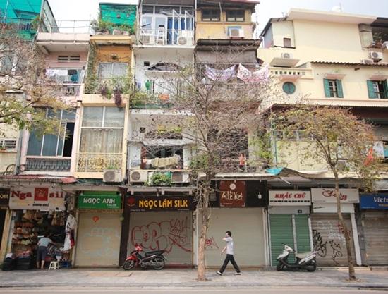 Hàng quán xung quanh bệnh viện Bạch Mai cửa đóng then cài giữa mùa dịch Covid-19 - Ảnh 8