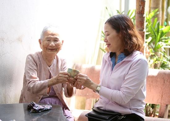 """Mẹ Việt Nam anh hùng 91 tuổi gửi tặng tiền tiết kiệm cho các y bác sĩ tuyến đầu chống """"giặc"""" Covid-19 - Ảnh 1"""