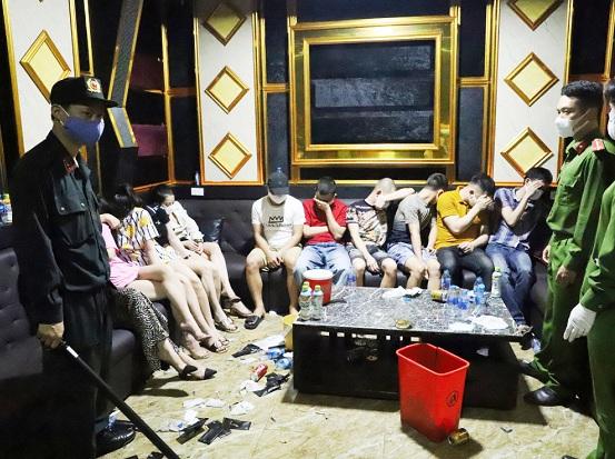 """Treo biển """"tạm ngưng hoạt động"""" phòng Covid-19, quán karaoke vẫn cho 76 người vào """"bay lắc"""" mừng sinh nhật - Ảnh 1"""