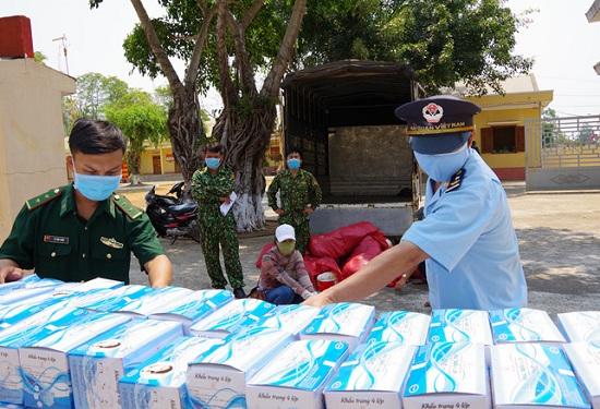 Gia Lai: Thu giữ hơn 21.000 khẩu trang y tế cùng 200 chai gel rửa tay khô không rõ nguồn gốc - Ảnh 1