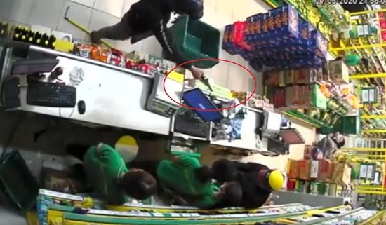 TP.HCM: Hai đối tượng cầm vũ khí nghi là súng vào cướp cửa hàng Bách hoá Xanh - Ảnh 1