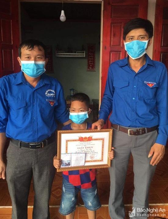 Nghệ An: Tặng giấy khen cho cậu bé 8 tuổi dũng cảm cứu 2 bạn đuối nước  - Ảnh 1