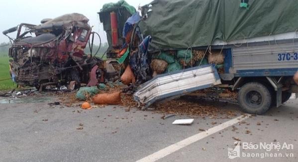 """Nghệ An: Xe tải """"đấu đầu"""" trên đường quê, 2 người tử vong trong cabin - Ảnh 1"""