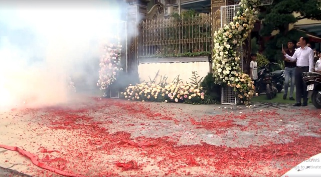 Vụ đốt pháo đỏ đường trong đám cưới ở Hà Nội: Cần xử lý nghiêm hành vi coi thường pháp luật - Ảnh 1