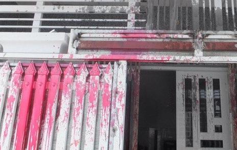 Vũng Tàu: Trưởng khu phố bị đối tượng lạ mặt ném bom sơn, mắm tôm vào nhà - Ảnh 1