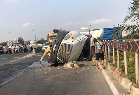 """Tin tai nạn giao thông mới nhất ngày 2/4/2020:  Đổ dốc vào khúc cua """"tử thần"""", tài xế container bị mắc kẹt - Ảnh 1"""