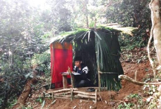 Học sinh vùng cao dựng lán, đào củ rừng kiếm tiền mua thẻ điện thoại để học online trong mùa dịch - Ảnh 10