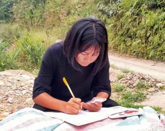Học sinh vùng cao dựng lán, đào củ rừng kiếm tiền mua thẻ điện thoại để học online trong mùa dịch - Ảnh 3