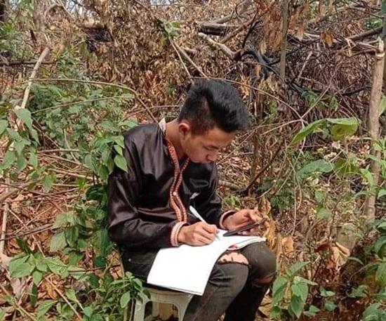 Học sinh vùng cao dựng lán, đào củ rừng kiếm tiền mua thẻ điện thoại để học online trong mùa dịch - Ảnh 5