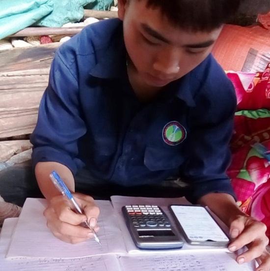 Học sinh vùng cao dựng lán, đào củ rừng kiếm tiền mua thẻ điện thoại để học online trong mùa dịch - Ảnh 7