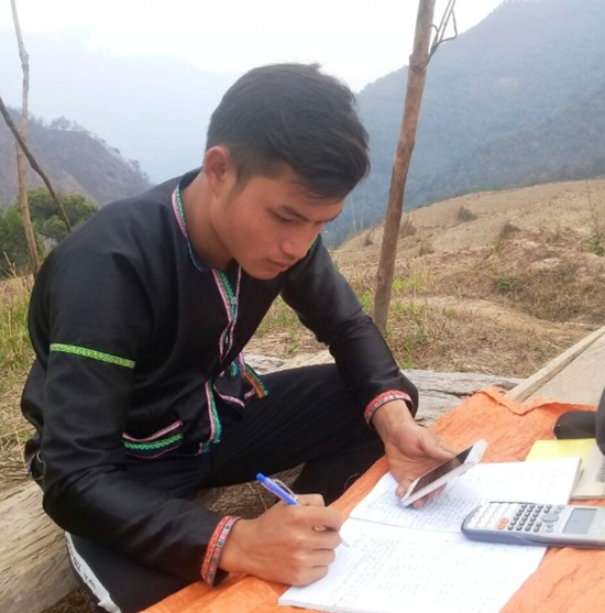 Học sinh vùng cao dựng lán, đào củ rừng kiếm tiền mua thẻ điện thoại để học online trong mùa dịch - Ảnh 8