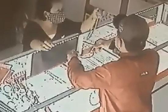 Bắt được nghi phạm cướp dây chuyền tại tiệm vàng ở Củ Chi - Ảnh 1
