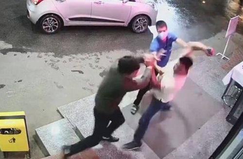 Người đàn ông hành hung nhân viên bệnh viện vì bị nhắc đeo khẩu trang khai gì? - Ảnh 1