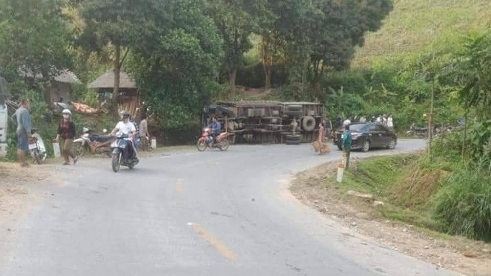 Tin tai nạn giao thông mới nhất ngày 21/4/2020: Nhảy ra ngoài vì ô tô tải mất phanh, người đàn ông bị xe đè tử vong - Ảnh 1