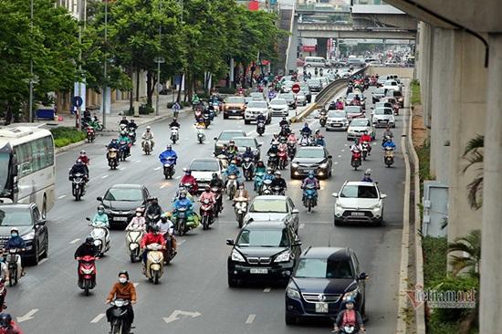 Hà Nội ngày đầu nới lỏng cách ly xã hội: Đường phố đông đúc, người dân hối hả đi làm dưới mưa - Ảnh 1