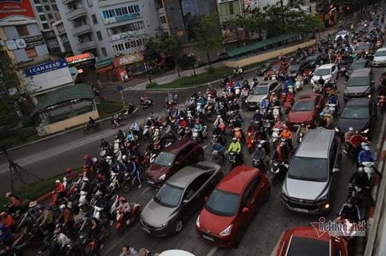 Hà Nội ngày đầu nới lỏng cách ly xã hội: Đường phố đông đúc, người dân hối hả đi làm dưới mưa - Ảnh 2