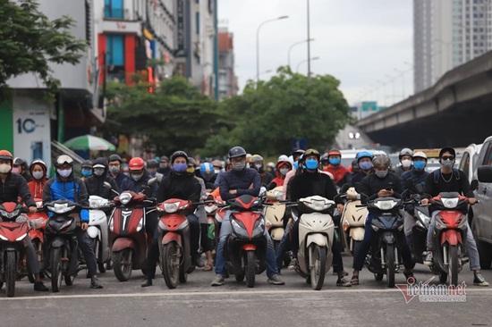 Hà Nội ngày đầu nới lỏng cách ly xã hội: Đường phố đông đúc, người dân hối hả đi làm dưới mưa - Ảnh 3