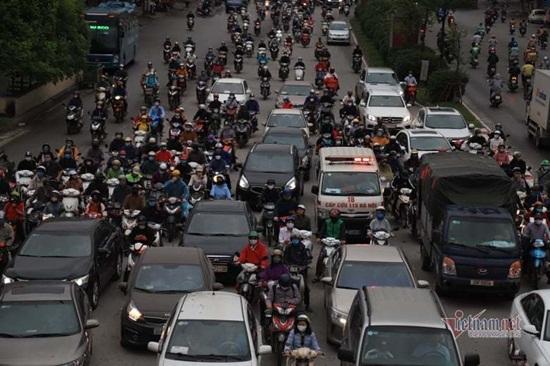 Hà Nội ngày đầu nới lỏng cách ly xã hội: Đường phố đông đúc, người dân hối hả đi làm dưới mưa - Ảnh 4