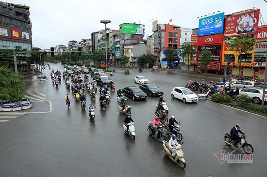 Hà Nội ngày đầu nới lỏng cách ly xã hội: Đường phố đông đúc, người dân hối hả đi làm dưới mưa - Ảnh 5