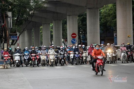 Hà Nội ngày đầu nới lỏng cách ly xã hội: Đường phố đông đúc, người dân hối hả đi làm dưới mưa - Ảnh 6