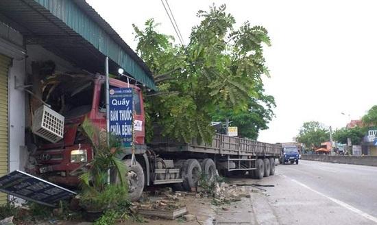 Nghệ An: Xe tải mất lái đâm vào nhà dân bên quốc lộ 1A lúc nửa đêm - Ảnh 1
