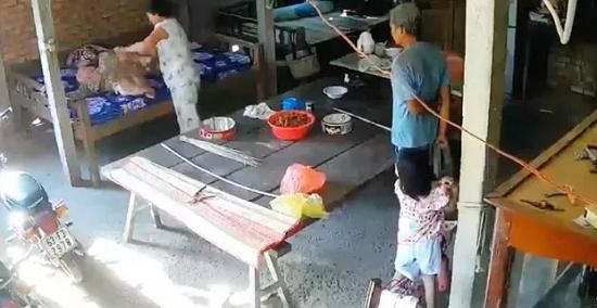 Vụ cụ bà 88 tuổi bị ngược đãi ở Tiền Giang: Vợ chồng người con trai lãnh án tù - Ảnh 1