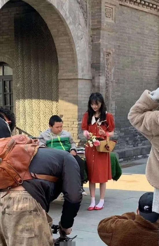 """Tăng cân hậu chia tay bạn trai """"CEO rởm"""", Trịnh Sảng gây thương nhớ trong ảnh chụp vội - Ảnh 2"""