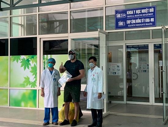 Thêm 5 bệnh nhân nhiễm Covid-19 được công bố khỏi bệnh - Ảnh 1