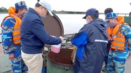 Tạm giữ tàu chở 100.000 lít dầu bất hợp pháp tại cửa sông Bạch Đằng - Ảnh 1