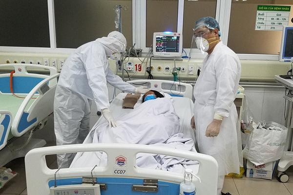 11 bệnh nhân mắc Covid-19 được công bố khỏi bệnh, trong đó có bác sỹ bệnh viện bệnh Nhiệt đới  - Ảnh 1