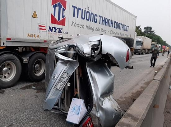 Tin tai nạn giao thông mới nhất ngày 9/4/2020:  Ô tô tải cuốn xe máy vào gầm, 3 người thương vong - Ảnh 2