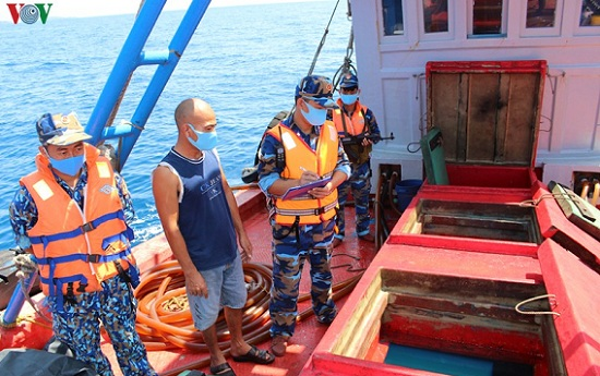 """Tạm giữ tàu chở 50.000 lít dầu D.O """"lậu"""" trên vùng biển Tây Nam - Ảnh 1"""