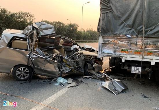 Tin tai nạn giao thông mới nhất ngày 10/4/2020: Đâm vào xe tải, ô tô 7 chỗ bẹp dúm - Ảnh 1