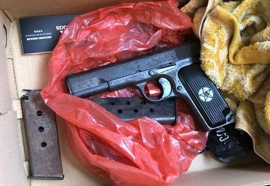 Khám xét chỗ ở đối tượng trộm cắp, phát hiện súng quân dụng K54 cùng 2 hộp tiếp đạn - Ảnh 1