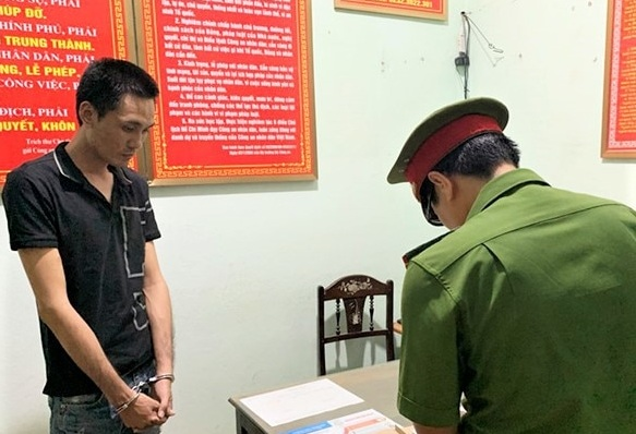 Khởi tố kẻ biến thái lẻn vào nhà vệ sinh dâm ô nữ sinh lớp 5 ở Quảng Bình - Ảnh 1