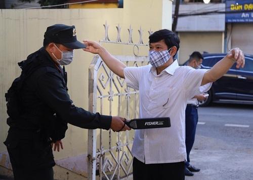 Những hình ảnh đầu tiên tại phiên tòa xét xử 12 bị cáo trong vụ gian lận thi cử ở Sơn La - Ảnh 2