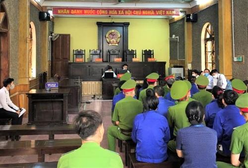 Những hình ảnh đầu tiên tại phiên tòa xét xử 12 bị cáo trong vụ gian lận thi cử ở Sơn La - Ảnh 6