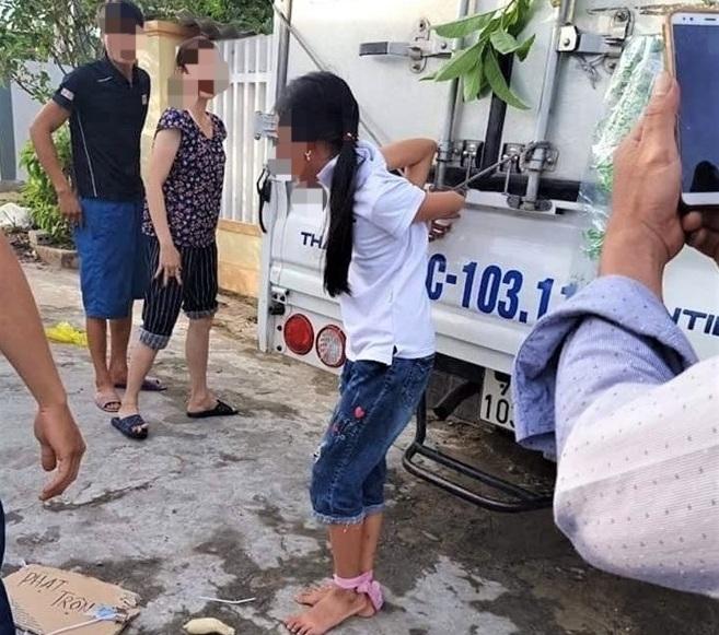 Bé gái bị mẹ dùng dây trói vào thùng xe tải vì nghi trộm tiền: Cơ quan chức năng vào cuộc - Ảnh 1
