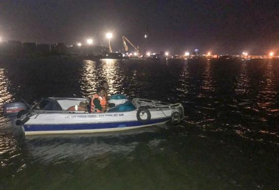 Bộ đội biên phòng cứu 2 người dân bị lật xuồng trên sông Đồng Nai - Ảnh 1