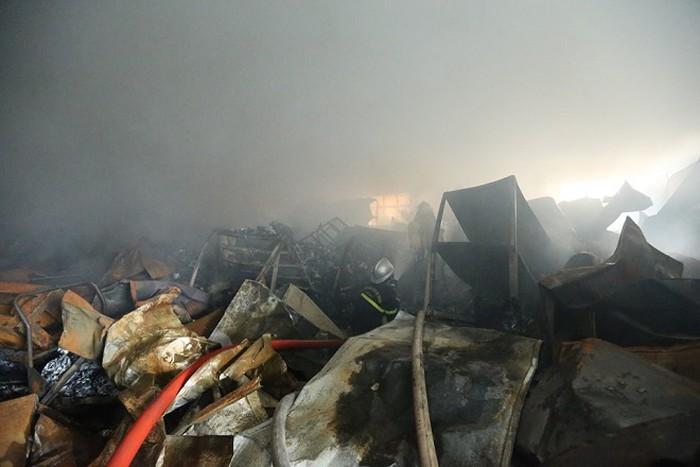 Cháy kinh hoàng ở Khu công nghiệp Phú Thị, khói đen bốc lên ngùn ngụt - Ảnh 1