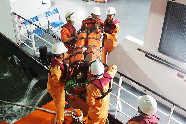Kịp thời ứng cứu ngư dân Quảng Nam bị nạn, liệt toàn thân trên vùng biển Hoàng Sa - Ảnh 1