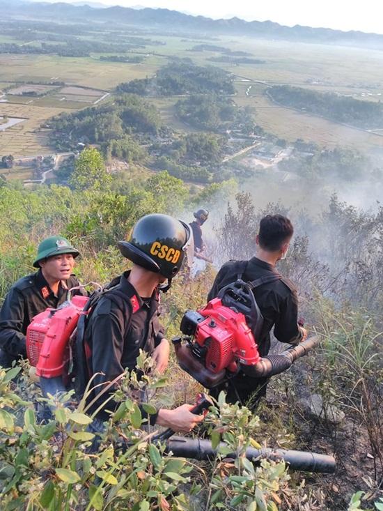 Xúc động hình ảnh hàng trăm chiến sỹ oằn mình giữa biển lửa cứu rừng - Ảnh 1