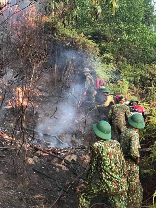 Xúc động hình ảnh hàng trăm chiến sỹ oằn mình giữa biển lửa cứu rừng - Ảnh 3