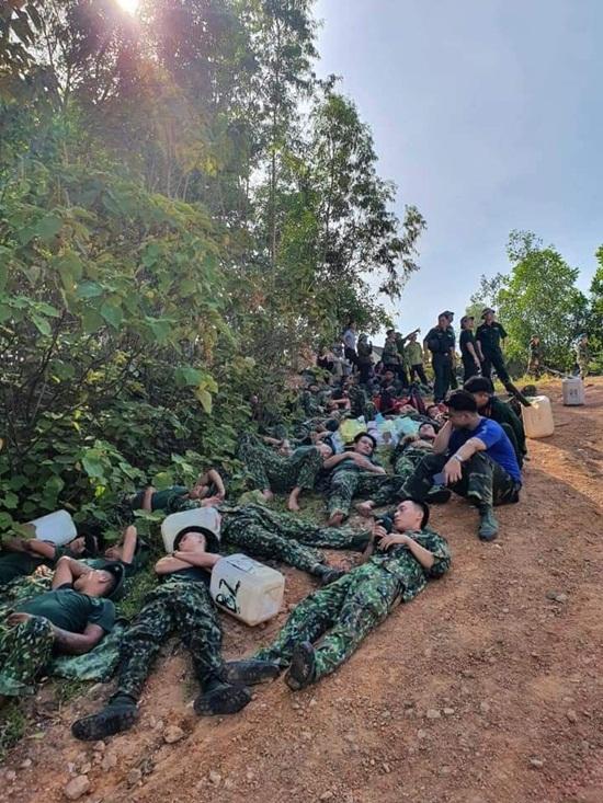 Xúc động hình ảnh hàng trăm chiến sỹ oằn mình giữa biển lửa cứu rừng - Ảnh 4