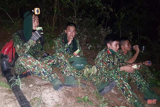 Xúc động hình ảnh hàng trăm chiến sỹ oằn mình giữa biển lửa cứu rừng - Ảnh 7