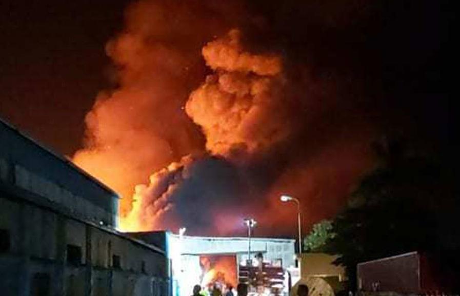 Hải Phòng: Công ty gỗ bất ngờ cháy lớn trong đêm, khói đen ngút trời - Ảnh 1