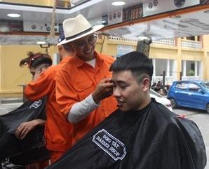 Tiệm cắt tóc sinh viên đặc biệt giá 2.000 đồng - Ảnh 1