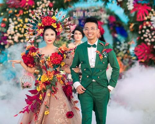 Tổ chức tiệc hoành tráng kỷ niệm 8 năm ngày cầu hôn vợ, đại gia Minh Nhựa khiến cộng đồng mạng xuýt xoa vì món quà xa xỉ - Ảnh 4